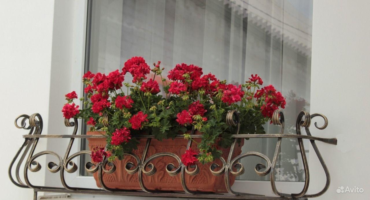 Балкончик для цветов за окном.